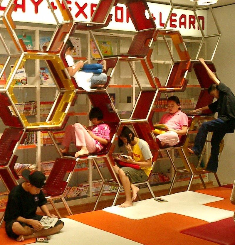El aula tic del futuro gradas colmenas rulots movibles for Diseno de gradas